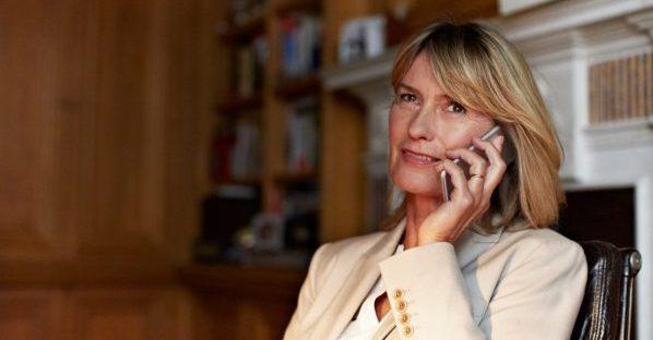 Een vrouw telefoneert