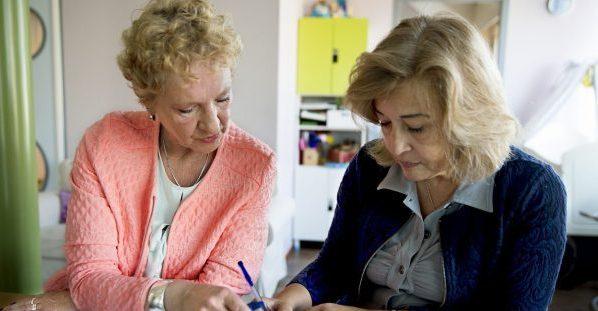 twee vrouwen lezen de beleidsbundel