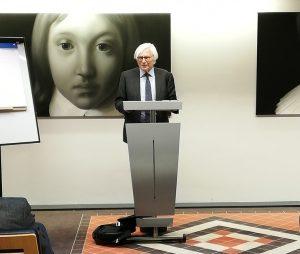 Jan van Dijk spreekt de aanwezigen op de afrondende bijeenkomst toe